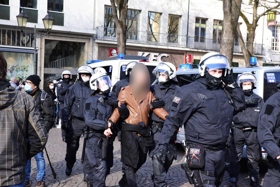 Am Samstag haben Corona-Leugner und ihre Gegner die Polizei in der Kölner Innenstadt auf Trab gehalten.