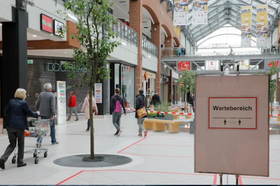 Die Sachsen-Allee hat wieder geöffnet. Am Montagmorgen nutzten verhältnismäßig wenig Kunden die Gelegenheit zum Shoppen. Gut zu erkennen: Die Markierungen für die Abstandsregeln.