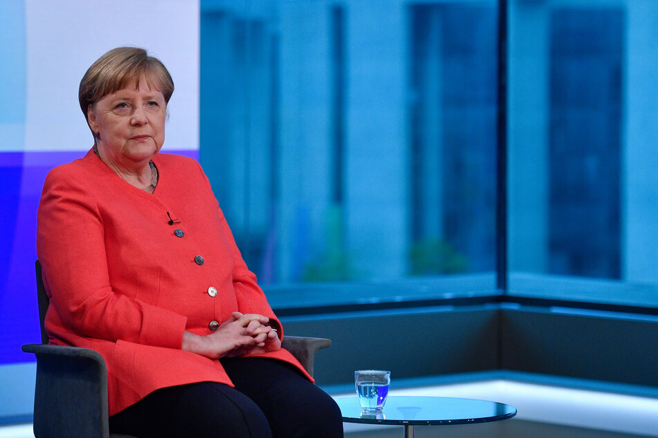 Bundeskanzlerin Angela Merkel (CDU) sitzt im ARD-Hauptstadtstudio und wartet auf den Beginn eines Interviews.