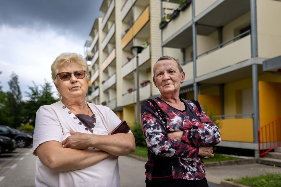 Die Chemnitzerinnen Ingelore Wendler (69, l.) und Sonja Scheps (69) fühlen sich zu Hause nicht mehr sicher.
