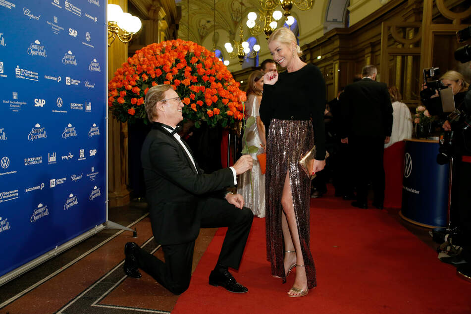 Die Romantik scheinen die beiden definitiv nicht vergessen zu haben: Wolfgang Lippert und seine Gesine beim Semperopernball in Dresden.