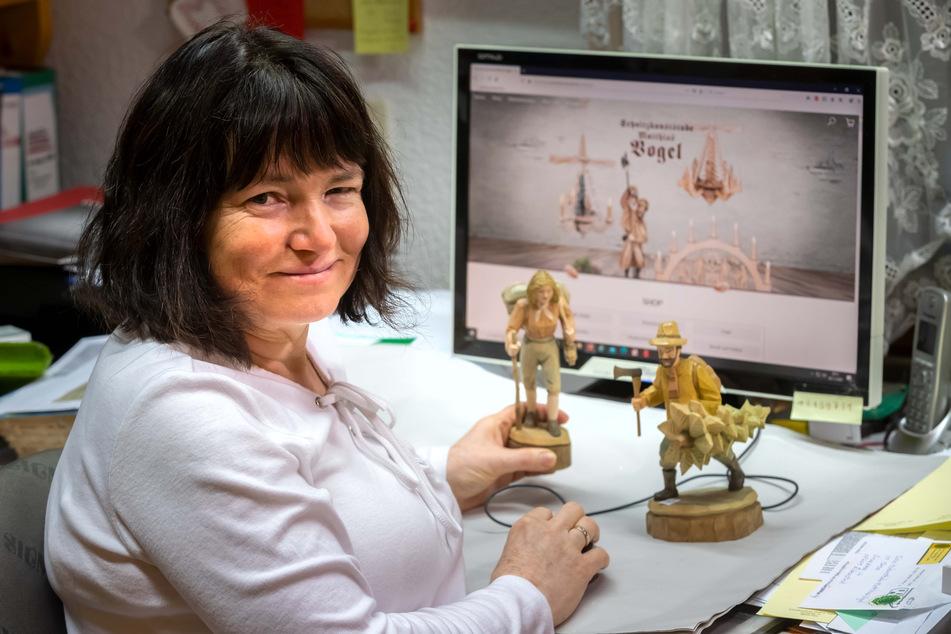 Angela Vogel (55), Inhaberin der Schnitzkunststube Matthias Vogel in Sosa, freut sich dank Online-Handel über die gute Auftragslage.