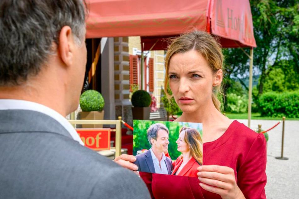 Lia (Deborah Müller, 39) stellt Robert (Lorenzo Patané, 44) zur Rede und zeigt ihm das Foto mit Ariane (Viola Wedekind, 43).