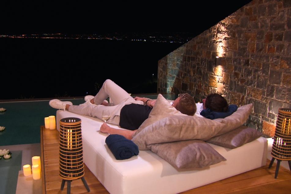 Auch Lauritz und Alex genießen einen gemeinsamen Abend mit Blick aufs Meer.