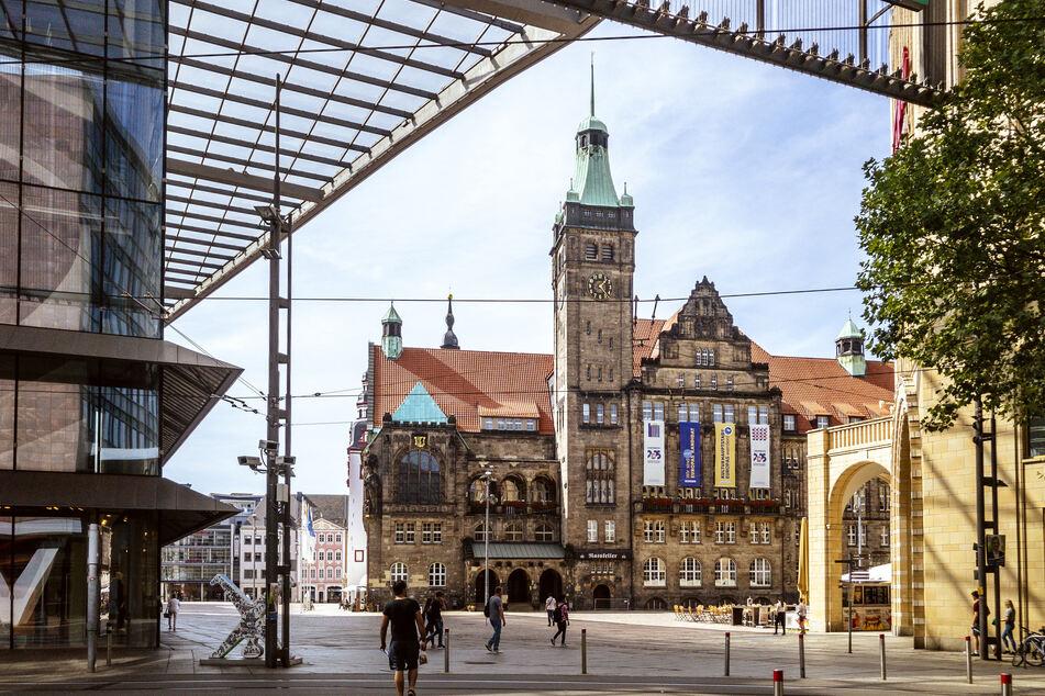 Der Kampf um das Chemnitzer Rathaus wird am 11. Oktober entschieden. Bisher gibt es drei weitere Bewerber - Sven Schulze (48, SPD), Almut Patt (51, CDU) und Lars Faßmann (43, parteilos). Ulrich Oehme (60, AfD) will sich heute erklären.