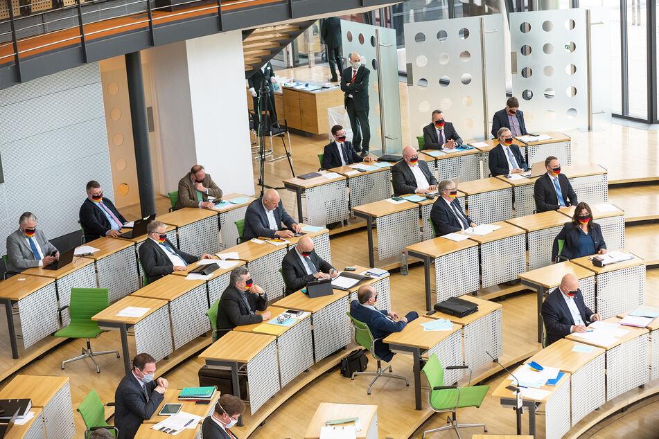 Die AfD-Fraktion im Sächsischen Landtag: Bei der heutigen Sondersitzung sind zwei der bisherigen Fraktionsmitglieder nicht mehr für die AfD dabei.