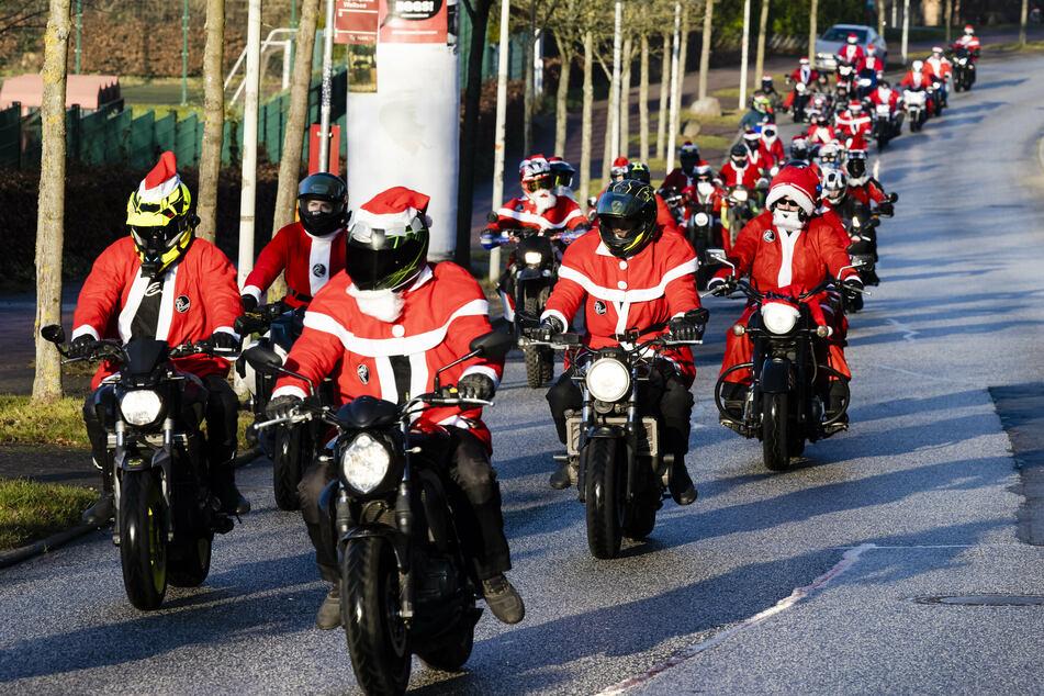 Hier rasen Hunderte Weihnachtsmänner durch die City!