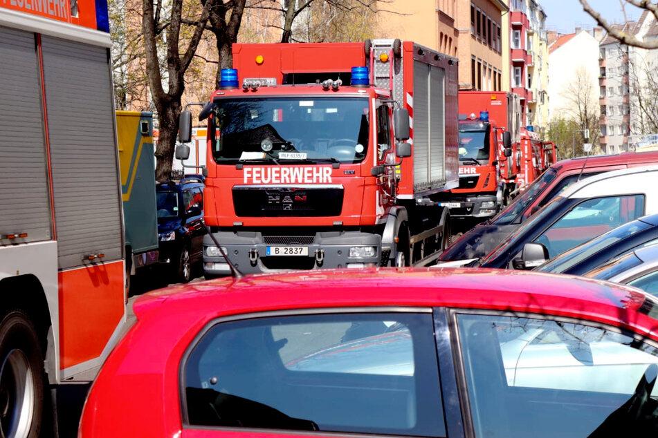 Bewohner evakuiert! Feuer in fünfstöckigem Wohnhaus in Friedrichshain ausgebrochen