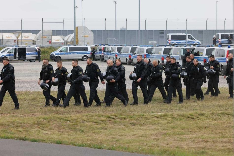 Die Polizei überwacht das Geschehen mit zahlreichen Einsatzkräften und Fahrzeugen.
