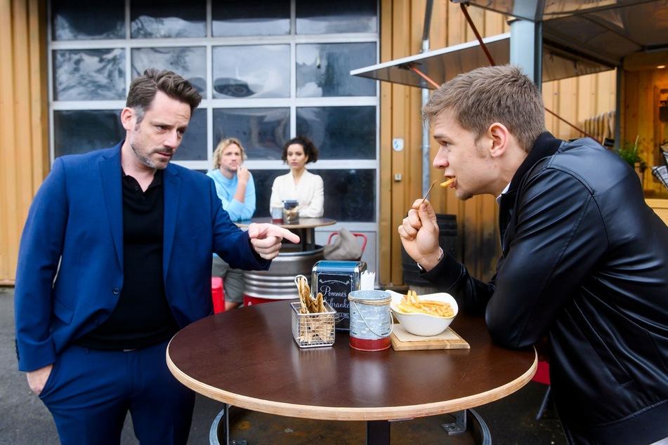 Finn und Malu (hinten) beobachten Justus' (l.) befremdliches Gespräch mit Frank Gieses Sohn Marc (r.).