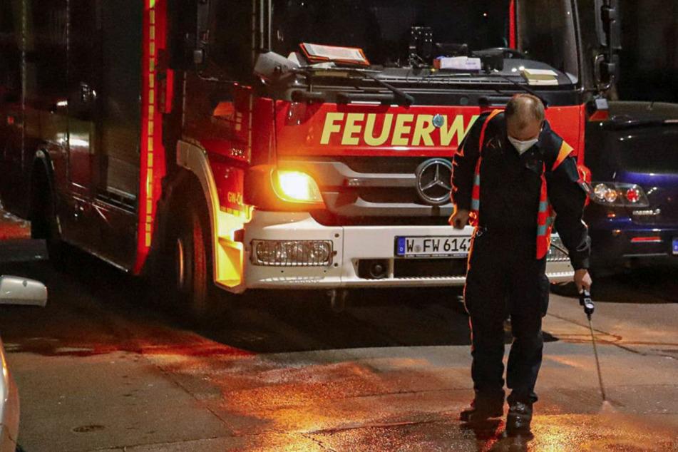 Frau sucht Parkplatz: Feuerwehr muss ewig lange Sprit-Spur säubern und hat ein Problem!