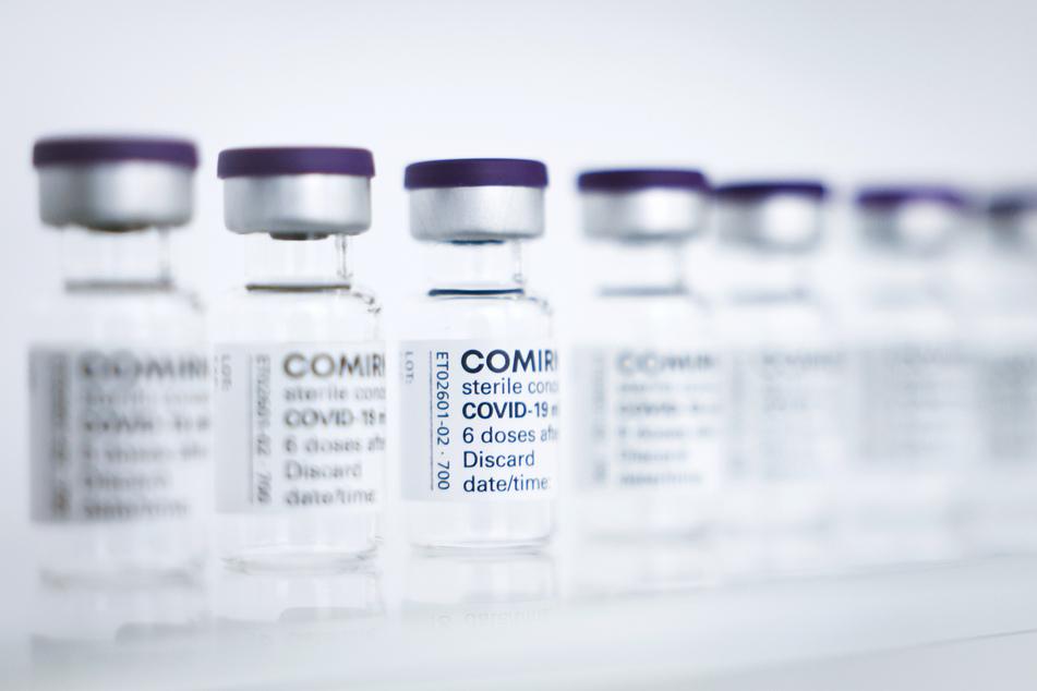 Fläschchen mit dem Impfstoff Comirnaty von BioNTech/Pfizer.