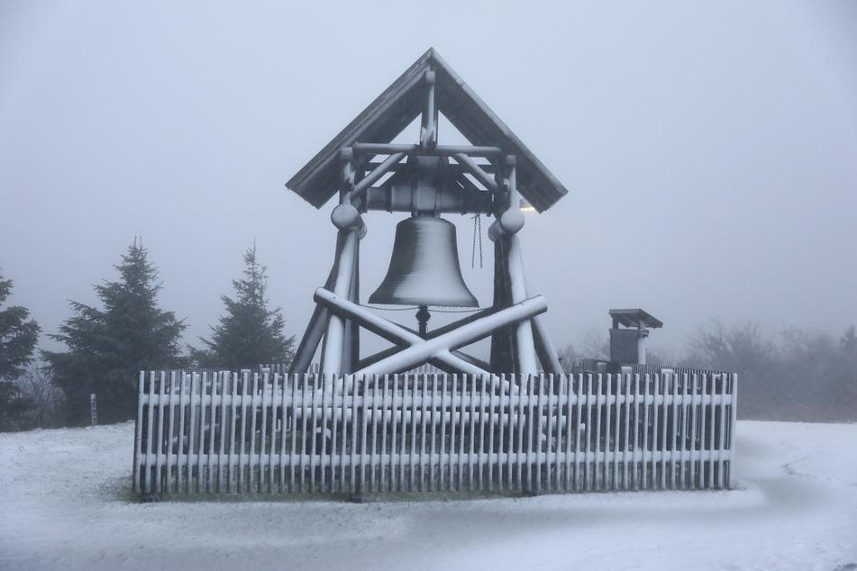 Eine dünne Schneedecke hatte sich auf dem Fichtelberg gebildet.