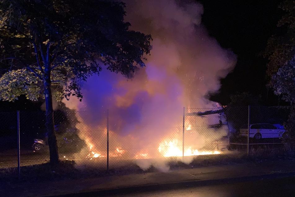 In der Nacht zu Freitag sind in Stolberg zwei Wohnwagen auf einem Parkplatz in Brand geraten.