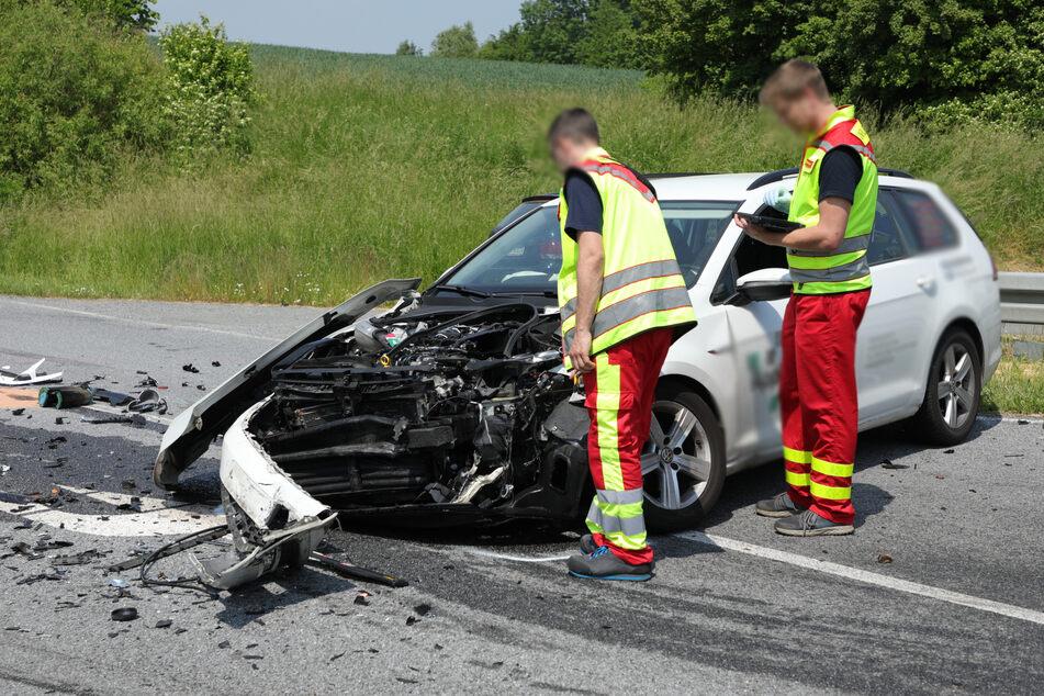 Das Bild lässt es erahnen: Der Fahrer des VW Golf Kombi wurde schwer verletzt.