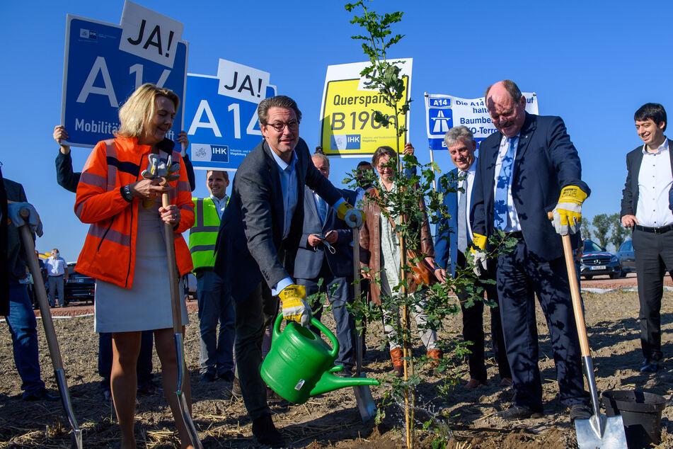 Bundesverkehrsminister Andreas Scheuer (46, CSU), Landesverkehrsminister Thomas Webel (67, CDU, r.) und Anne Rethmann von der Autobahn GmbH des Bundes pflanzten zum Baustart eine Eiche.