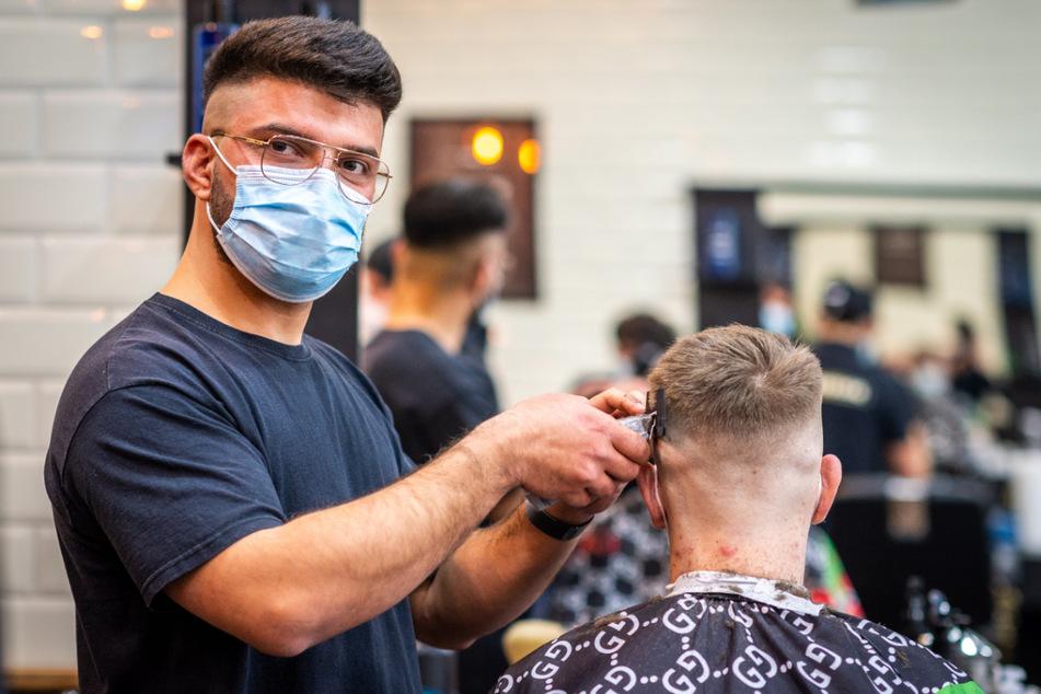 """Im """"Gentlemen's Barberclub"""" stürzte sich Chef-Barbier Hawi Haval (28) freudig in die Arbeit."""