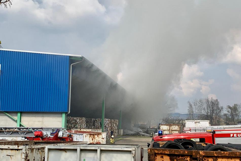 Aus dem Recyclinghof steigen dichte Rauchwolken auf.