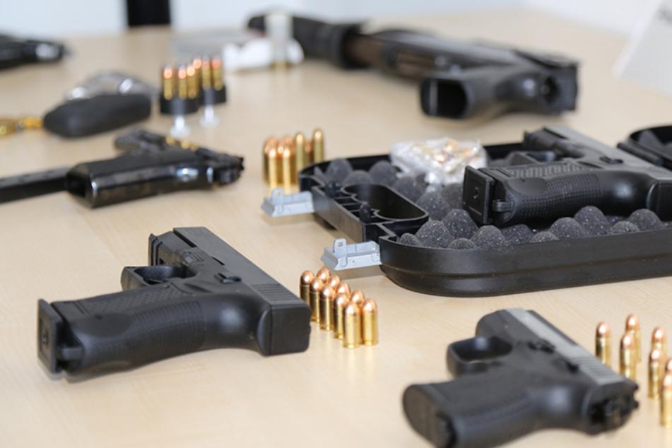 """Razzia bei """"Hells Angels""""-Mitgliedern: Polizei stellt umgebaute Waffen und Munition sicher"""