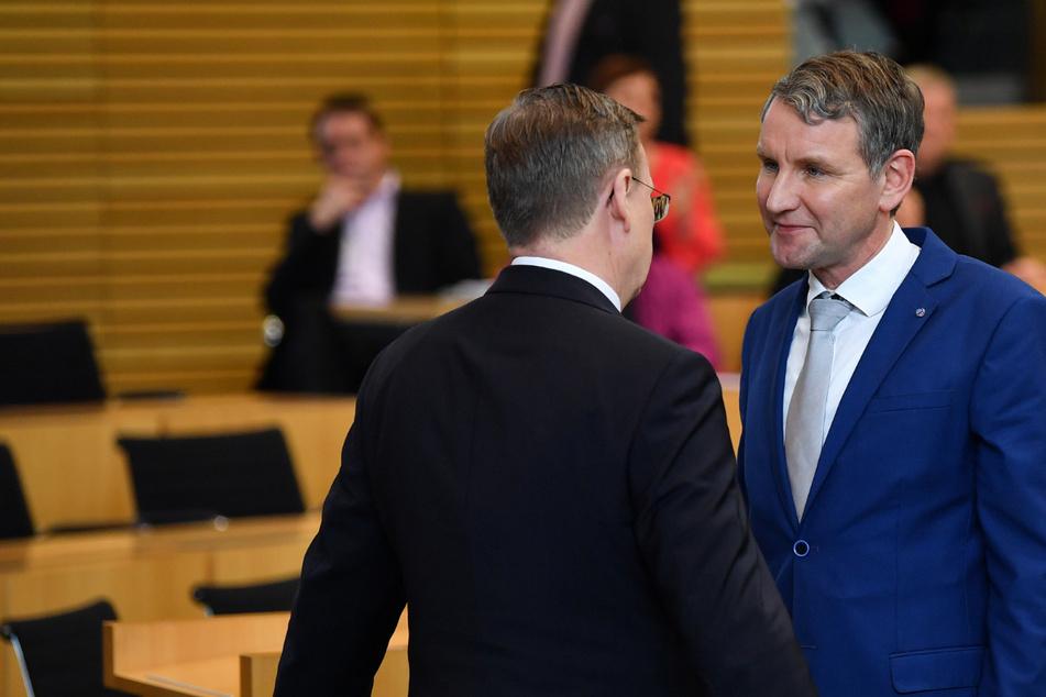Bodo Ramelow (65, Linke, l.), unterhält sich nach der Landtagswahl 2020 mit dem AfD-Fraktionsvorsitzenden Björn Höcke (48, r.). Eine mehrheitsfähige Koalition wäre laut aktuellen Umfragen nur mit den Linken oder der AfD möglich. (Archivbild)