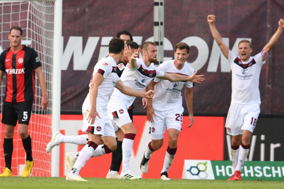 Die Nürnberger Georg Margreitter (l-r), Torschütze Asger Sörensen, Patrick Erras und Hanno Behrens jubeln nach dem Tor zum 2:0.
