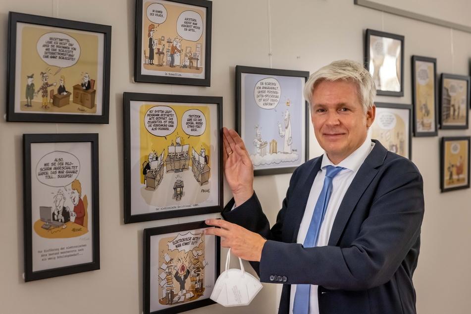 Hauptberuflich ist Tim Oliver Feicke (51) Richter, im Nebenjob eine Spaßkanone. Seine Cartoon-Ausstellung sorgt im Chemnitzer Landgericht für Heiterkeit.