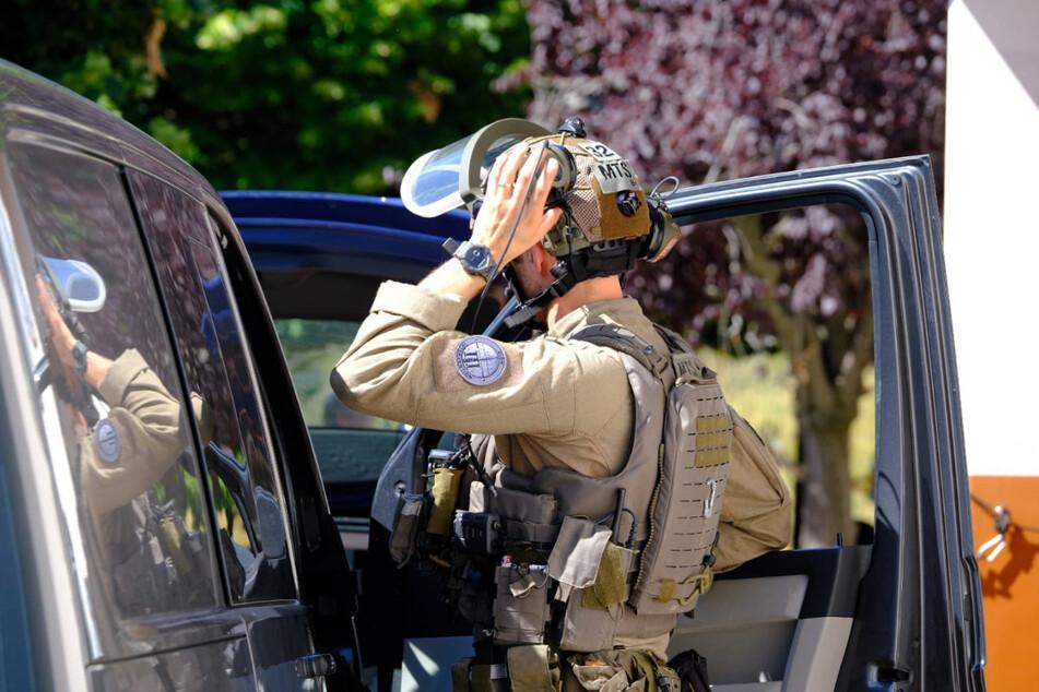 Hundestaffeln, Hubschrauber sowie Spezialeinheiten sind auf der Suche nach einem bewaffnete Mann, erklärte die Gendarmerie auf Twitter.