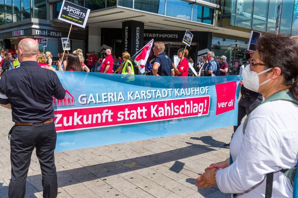 Angestellte von Karstadt Sports und Galerie Karstadt Kaufhof demonstrieren am Samstag gegen die geplante Schließung ihrer Filialen in der Mönckebergstrasse in Hamburg.