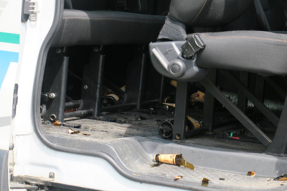 Kaum zu übersehen: Nach dem Crash fand die Polizei mehrere zerbrochene Bierflaschen im Schulbus. Wenig später stellte sich heraus, dass der Fahrer betrunken war.