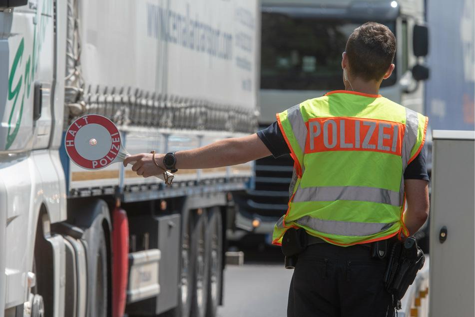 Winkende Hände aus Ladefläche von Schleuser-Lastwagen rufen Polizei in Berlin auf den Plan
