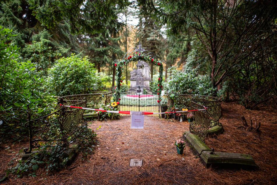 Das Grab des verstorbenen Schauspielers ist mit Flatterband abgesperrt.