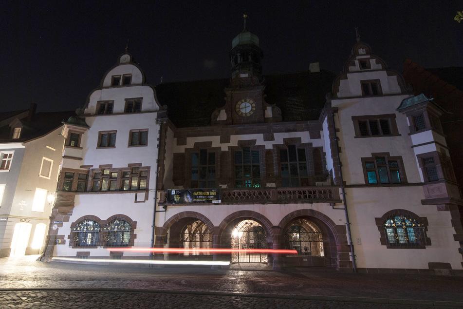 Das Freiburger Rathaus ist während der Earth Hour-Aktion 2020 unbeleuchtet.