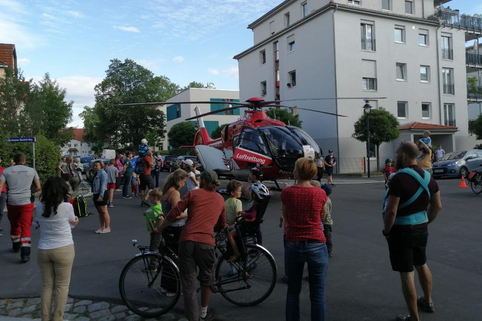 Der Rettungshubschrauber landete mitten in einem Wohngebiet in Laubegast.