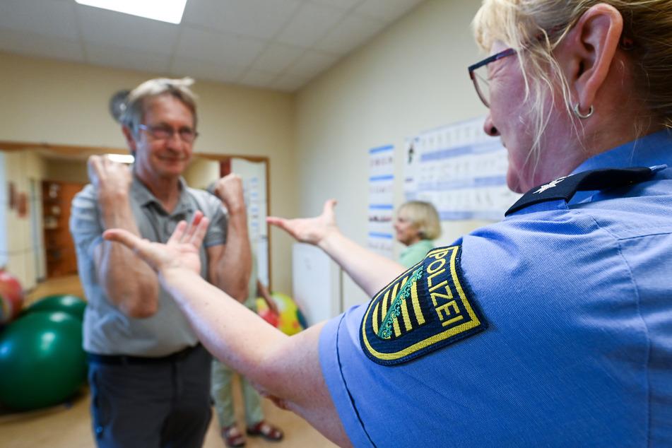 Den Senioren wird beigebracht, wie sie sich aus einer bedrohlichen Situation befreien können.