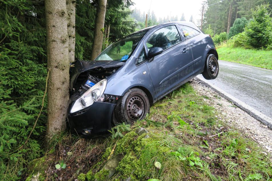 Der Opel krachte gegen einen Baum, wurde erheblich demoliert.