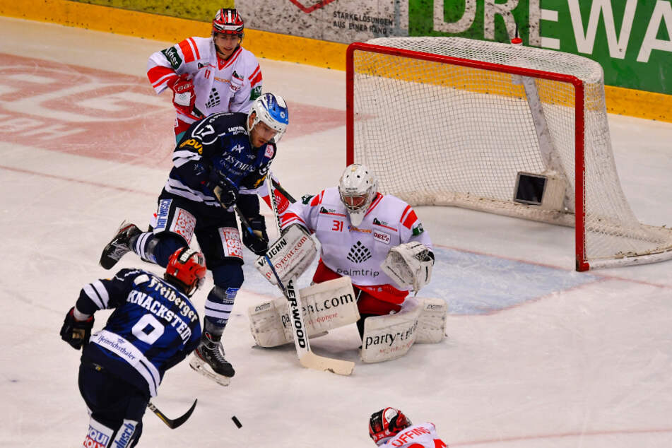 Chance für Jordan Knackstedt, aber der Dresdner scheitert an Goalie Felix Blick.