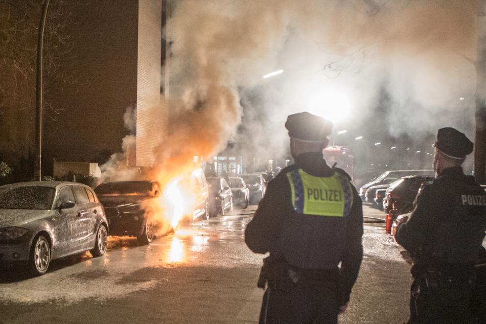 Hamburg: Brandserie in Hamburg: Autos gehen mitten in der Nacht in Flammen auf