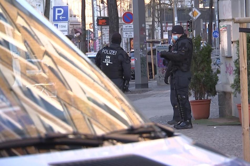 Im Leipziger Stadtteil Connewitz stand am frühen Morgen in mehreren Wohnhäusern die Polizei auf der Matte.