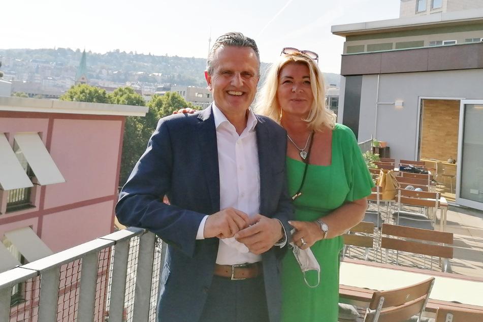 """Sie haben einen Grund zum Lächeln: Stuttgarts neuer OB Frank Nopper (59) und seine Frau Gudrun """"Melania vom Neckar"""" Weichselgartner-Nopper (51)."""