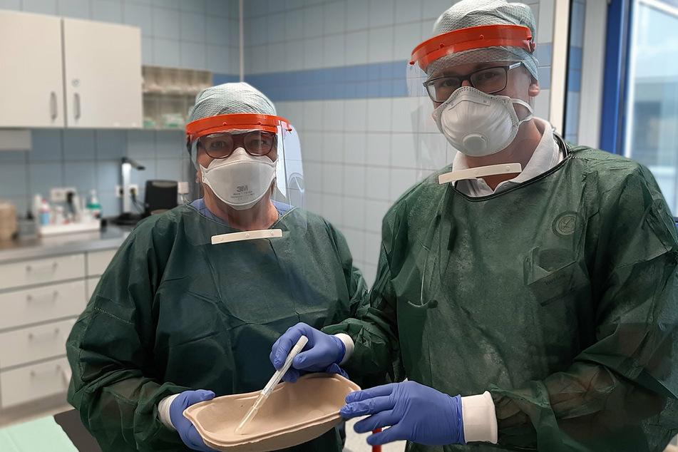 Petra Zill und Alexander Goy vom Klinikum Mittweida tragen die an der TU Chemnitz gefertigten Schutzvisiere.