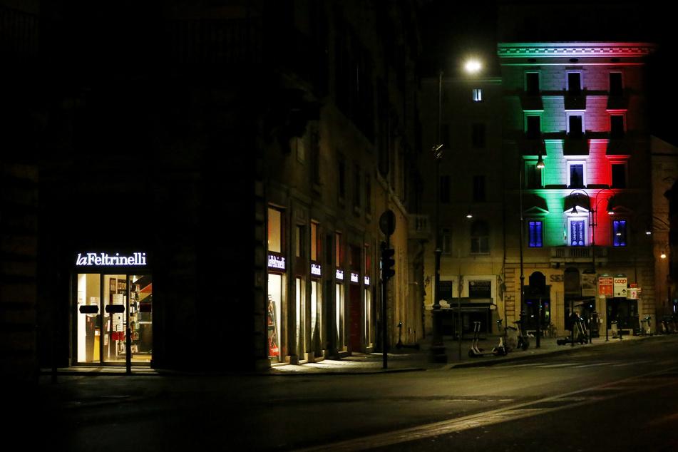 Am ersten Abend der neuen Ausgangssperre waren am Freitag in Rom die Straßen leer. Landesweit sind verschärfte Corona-Schutzvorschriften in Kraft getreten.