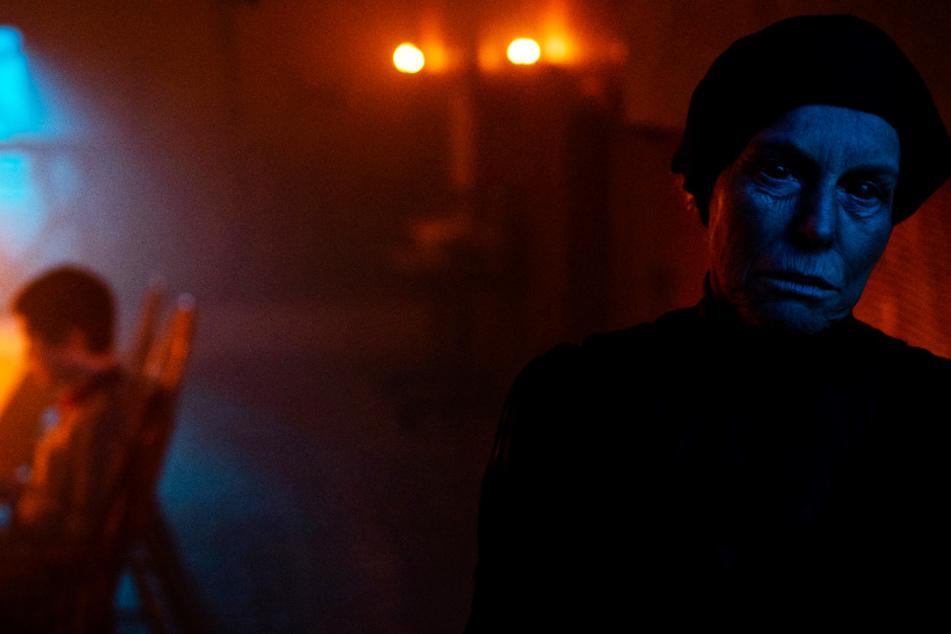 Die Hexe (Alice Krige) sieht durch Make-up und Kostüme hervorragend aus und passt perfekt in einen Horrorfilm.