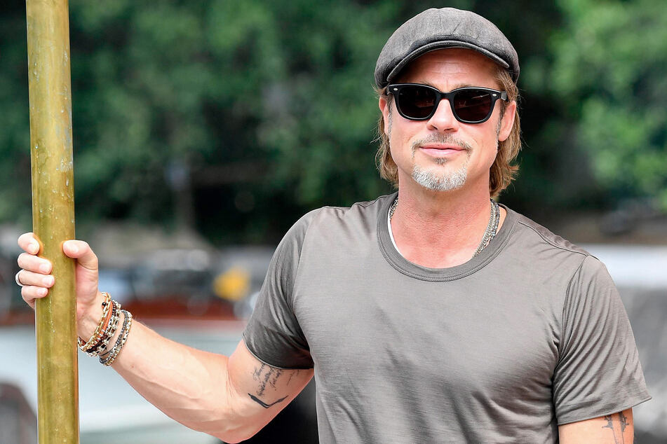 """""""Komfort wird wichtiger"""", sagt Brad Pitt (57) zu seinem Kleidungsstil, der keiner sein soll, und zeigt sich öfter auch leger im T-Shirt."""