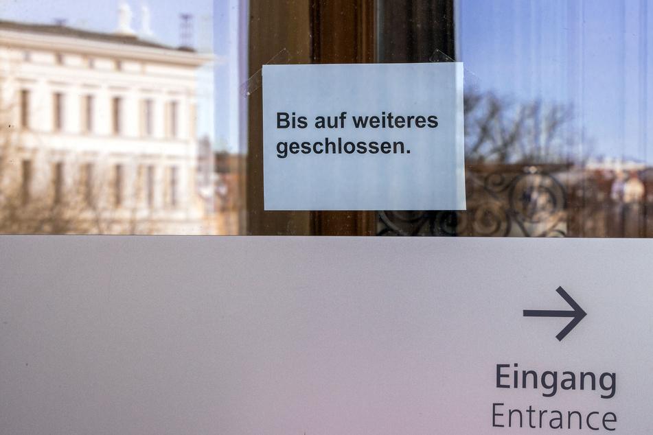 """Schwerin: Am Eingang zum Staatlichen Museum hängt ein Hinweisschild mit der Aufschrift """"Bis auf weiteres geschlossen""""."""