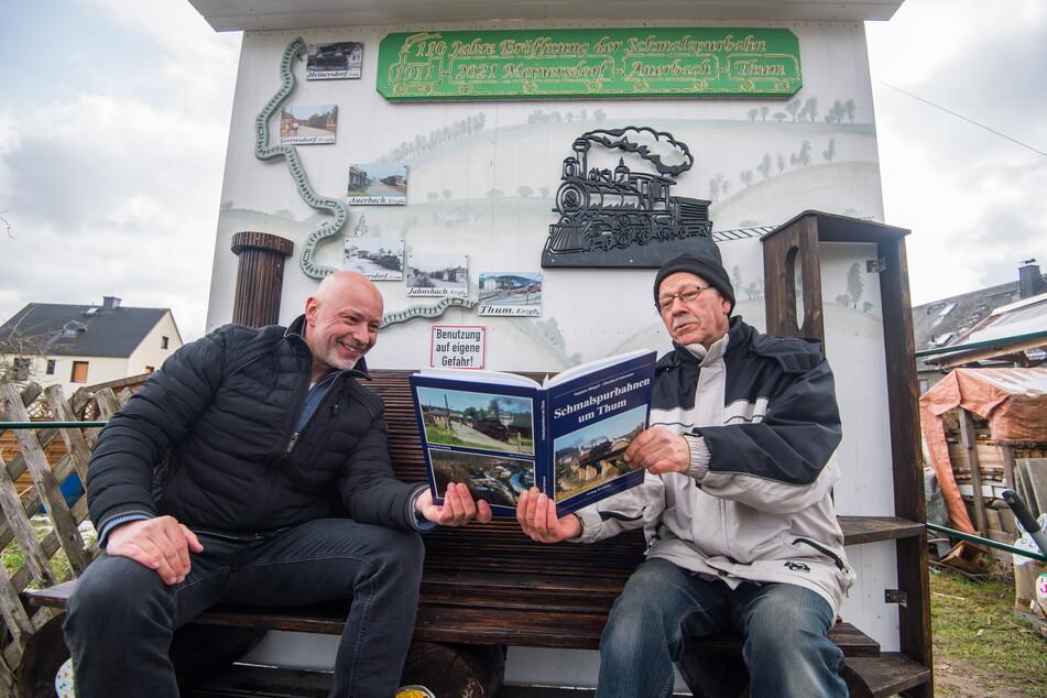 Jürgen Metzler (69, r.) lässt in seinem Garten die Auerbacher Schmalspur-Bahn wieder aufleben. Gemeinderat Ulf Lange (53, IfA) findet das klasse.