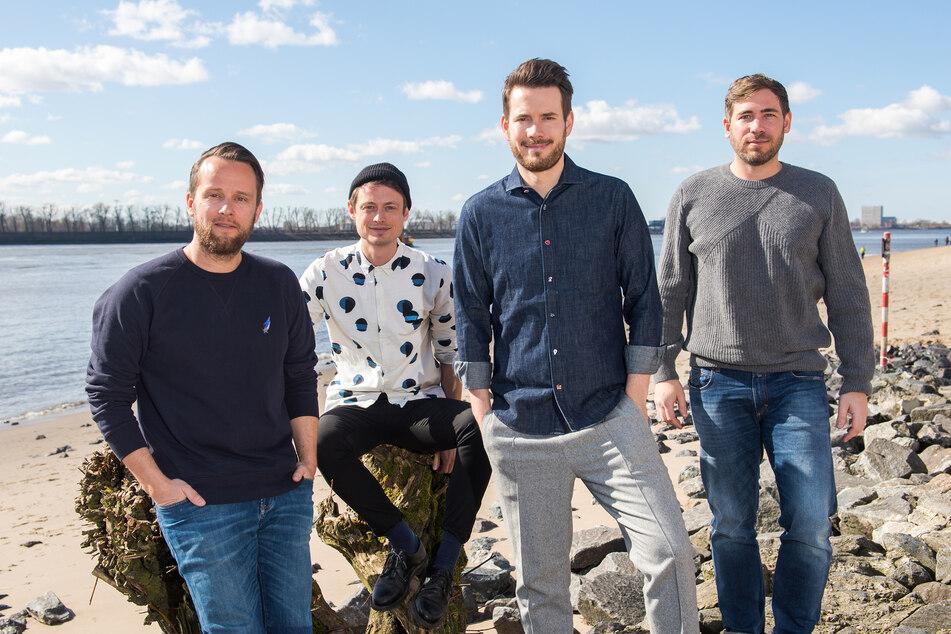 Die Band Revolverheld, bestehend aus Kristoffer Hünecke (l-r), Jakob Sinn, Johannes Strate und Niels Kristian Hansen, am Strand bei Övelgönne.
