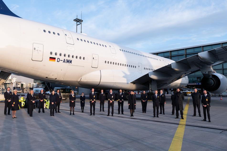 Die Crew des Flugs LH773 steht nach der Landung vor dem Airbus A380 der Fluggesellschaft Lufthansa am Flughafen Frankfurt. Es war die vorerst letzte Landung eines Lufthansa-Airbus A380 am Frankfurter Flughafen.