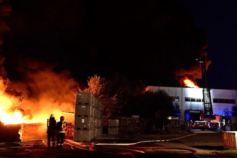 Die Feuerwehrleute waren die ganze Nacht mit den Löscharbeiten beschäftigt.