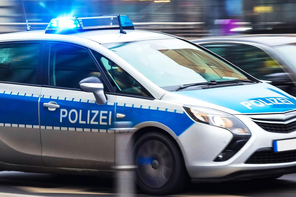 Wie die Polizei mitteilt, verletzte sich der Motorradfahrer bei dem Crash am Samstagabend schwer. (Symbolbild)