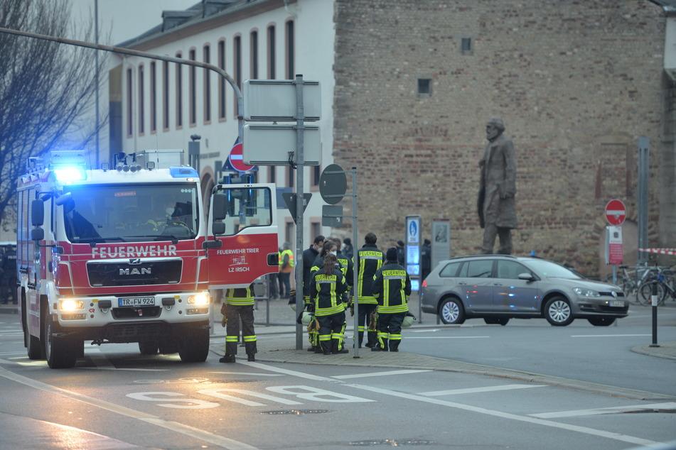 Einsatzkräfte der Feuerwehr sind nahe der Fußgängerzone im Einsatz.